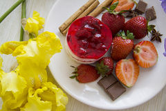 Bolos de queijo deliciosos doces da morango Fotografia de Stock