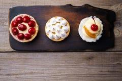 Bolos deliciosos a casa crafted sobremesas doces imagem de stock royalty free