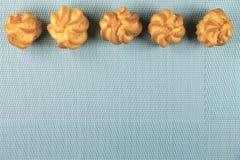 Bolos deliciosos no fundo da hortelã Foto de Stock Royalty Free