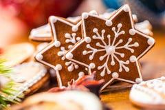 Bolos do doce do Natal Cookies caseiros do pão-de-espécie do Natal na tabela de madeira imagens de stock