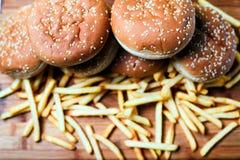 Bolos do hamburguer com batatas fritas no fundo de madeira Foto de Stock Royalty Free