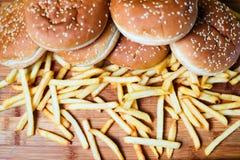 Bolos do hamburguer com batatas fritas no fundo de madeira Fotos de Stock Royalty Free