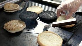Bolos do hamburguer em uma bandeja video estoque