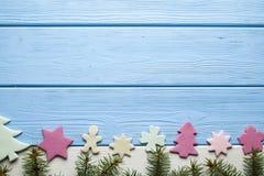 Bolos do Natal e árvore coloridos do abeto vermelho foto de stock royalty free