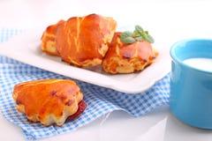Bolos do queijo com doce de cereja Copo azul com leite Imagens de Stock Royalty Free