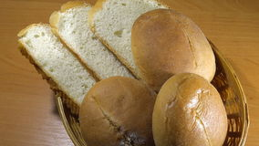 Bolos do sésamo e do slider no naco cortado no tiro zumbindo da cesta do pão filme
