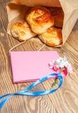 Bolos do trigo, rolos com canela para o café da manhã, almoço no p Fotos de Stock Royalty Free