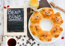 Bolos do urso Bre dado forma do leite da tração-distante urso ridiculamente adorável Imagens de Stock