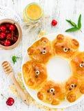 Bolos do urso Bre dado forma do leite da tração-distante urso ridiculamente adorável fotos de stock royalty free