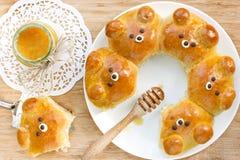 Bolos do urso Rolos de pão de leite dados forma da tração-distante urso ridiculamente adorável Foto de Stock