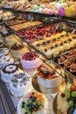 bolos dos confeitos da prateleira imagem de stock