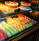 Bolos e pastelarias coloridos Fotografia de Stock