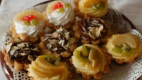Bolos festivos com bagas e chocolate naturais na tabela festiva, close-up, delicioso vídeos de arquivo
