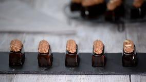 Bolos franceses da musse com o esmalte do chocolate na placa Pastelaria europeia moderna do bolo vídeos de arquivo