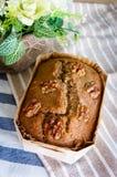 Bolos inteiros caseiros recentemente cozidos da grão do trigo na grade inoxidável Fotografia de Stock
