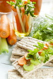 Bolos lisos do centeio, centeio do galette com cenouras frescas, aipo e salsa Imagens de Stock Royalty Free