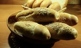 Bolos longos do sésamo, rolos redondos e pão cortado na cesta de vime Imagens de Stock