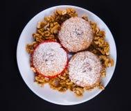 Bolos saborosos com açúcar e as porcas pulverizados Imagem de Stock