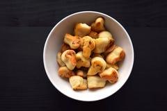 Bolos salgados caseiros frescos com queijo, produtos alimentares saborosos do cozimento fotografia de stock royalty free