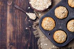 Bolos saudáveis dos queques, da maçã e da banana da aveia do vegetariano na bandeja do vintage Vista superior Copie o espaço Imagens de Stock