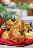 Bolos suecos tradicionais no ajuste do Natal Um bolo do açafrão, Fotos de Stock