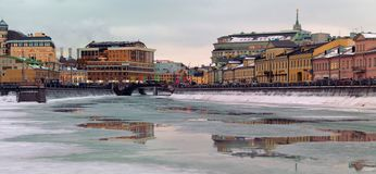 Bolotnaya Naberzhnaya, Rusia, Moscú imagenes de archivo