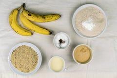 Bols d'ingrédients de cuisson et de bananes mûres Photo stock