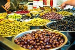 Bols de diverses olives à vendre à un marché Fond organique, sain, végétarien de concept de nourriture de régime Foyer sélectif Photographie stock libre de droits