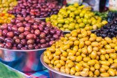 Bols de diverses olives à vendre à un marché Fond organique, sain, végétarien de concept de nourriture de régime Foyer sélectif Image stock
