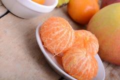 Bols de mandarine de tranches avec la pomme sur le fond en bois rustique Photographie stock