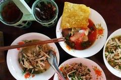 Bols de nouille thaïlandaise de bateau avec un ensemble de condiment photos libres de droits