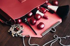 Bolsa à moda com cosméticos e as cerejas maduras Fotografia de Stock Royalty Free
