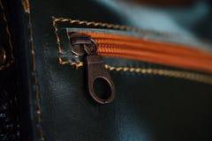 Bolsa com close-up alaranjado do zíper, ponto do preto do ` s das mulheres Fragmento macro de um saco de couro ou de uma bolsa Foto de Stock Royalty Free
