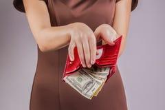 Bolsa com dinheiro nas mãos; gastar dinheiro Imagem de Stock