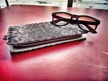 Bolsa com os óculos de sol na tabela vermelha Fotos de Stock Royalty Free