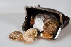 Bolsa completamente de moedas da prata e de ouro Foto de Stock