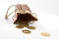 Bolsa con las monedas de oro Fotos de archivo libres de regalías
