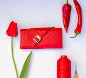 bolsa de couro em um fundo branco com tulipas e pimentas imagens de stock royalty free