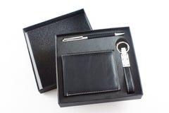 A bolsa de couro, a pena e a porta-chaves de um homem de negócios isoladas no whit Imagem de Stock