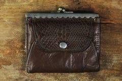 Bolsa de couro velha com fendas antigas Imagens de Stock