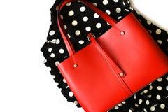 Bolsa de couro vermelha na matéria têxtil do às bolinhas fotografia de stock