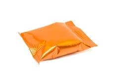 Bolsa de empaquetado en blanco del bocado del papel de aluminio aislada en blanco foto de archivo