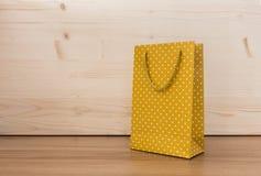 Bolsa de papel amarilla del lunar Fotos de archivo libres de regalías