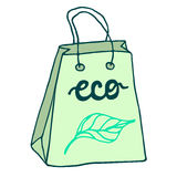 Bolsa de papel amistosa de Eco con las manijas Bolso de compras de papel Foto de archivo libre de regalías