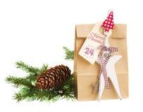 Bolsa de papel con el presente para el 24 de diciembre Imágenes de archivo libres de regalías