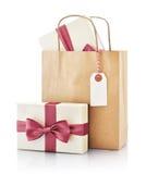 Bolsa de papel con el regalo Imagenes de archivo