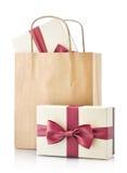 Bolsa de papel con los regalos Fotos de archivo