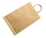 Bolsa de papel de Brown aislada en blanco con la trayectoria de recortes Foto de archivo
