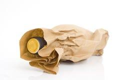 Bolsa de papel de Brown con la botella de vino Fotos de archivo