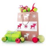 Bolsa de papel de la Navidad con los regalos y las bolas Imágenes de archivo libres de regalías